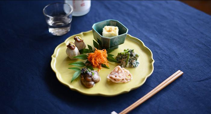丸い食器の口縁部に切込みを入れた、伝統的な稜花(りょうか)皿。スタジオエムのプレート「風花」は、キラキラと光る雪片にみたてた躍動感のある個性的な形状に仕上げ、現代の生活に似合うモダンな形は、和食を盛り合わせてもどこか洋風のモダンな趣を感じます。