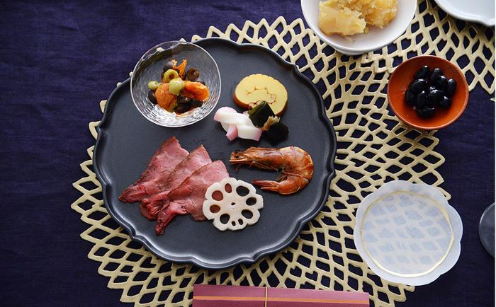 縦245×横250×高さ19cmの、250プレートは、銘々皿としてオードブルを盛り付けたり、普段使いとして、パスタやパンケーキなどを盛りつけたりしても料理が引き立ちます。カラーは3色あり、清潔感があり普段使いにピッタリの白、料理が美しく映え、モダンな印象になるおもてなしに最適な黒、カフェ飯風の盛り合わせにも似合う黄色。どれも趣があり、全種類欲しくなりそう。