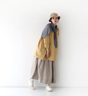 スカートとプルオーバー、同じシルエットで作ったAラインは可愛らしい印象に。落ち着きのあるイエローカラーを取り入れた、ナチュラルの中にポップさを感じさせる春コーデはお手本にしたくなる着こなしです。