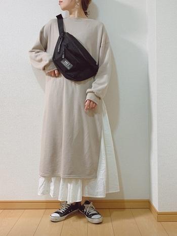 スウェット素材のワンピから、フレアスカートを覗かせて。スニーカーを合わせたアクティブな雰囲気のコーデは、デイリーで楽しみたいスタイルです。