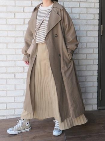 寒さが残る春の季節はレイヤードスタイルを取り入れることも多いですよね。プリーツのフレアスカートとナチュラルカラーで、軽やかさを出しているので季節感のある明るいコーデに。