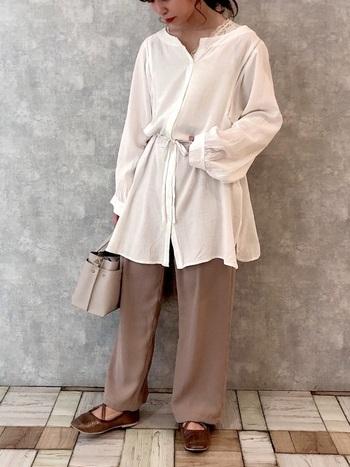 ゆったりとしたシルエットのフレアシャツは、大人のリラックスコーデ作りにピッタリ♪トレンドスタイルでもあり、ベーシックなホワイトカラーなら着回し力も抜群です。
