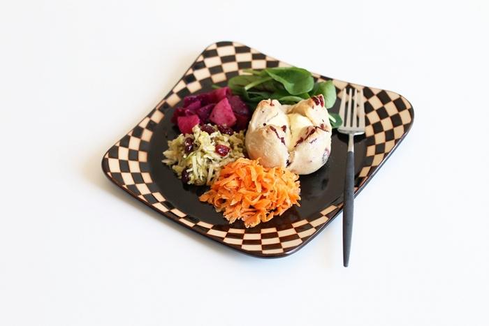 奈良県を拠点として多彩な作品の制作をされている陶芸作家の見野大介氏が作る個性的な器「ほんのり四角」。ユニークなアイテム名通りにほんのり四角いゆるいフォルムがあたたかみがあり、グラフィカルな模様が現代のスタイリッシュなインテリアともマッチする不思議な趣のある皿です。