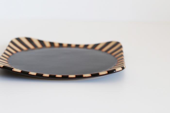ふんわりとやさしい雰囲気の角丸四角で、角の立ち上がりの角度も違う、凝った作りも素敵。置き方によって、異なる表情を見せてくれるので飽きずに色々と盛りつけを楽しめそう。サイズはどれも2種類。大きいお皿は24cm角で、メインディッシュや、カフェ風ワンプレートごはんなどに適しています。