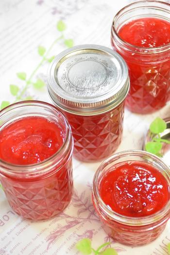 甘酸っぱいすももは、コンフィチュールにすると鮮やかで見た目もきれい。果実を砂糖とともに煮込み、レモンを加えるだけです。熱いうちに瓶詰めして真空状態にすれば、冷蔵庫で数ヶ月保存できます。