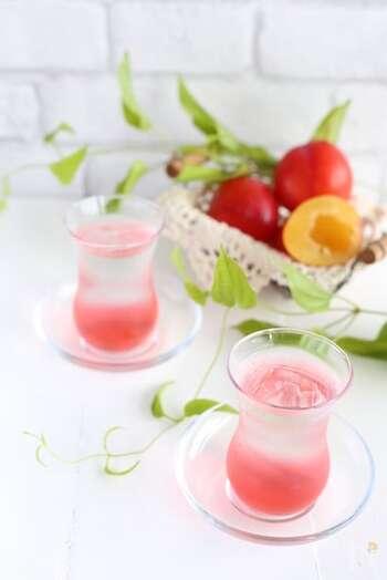 すももの甘酸っぱさは、暑い季節のドリンクにぴったりですね。色もとてもきれいで気分が上がります。こちらは、炭酸水を加えて爽やかさをさらにアップ。おもてなしにも映える飲み物です。