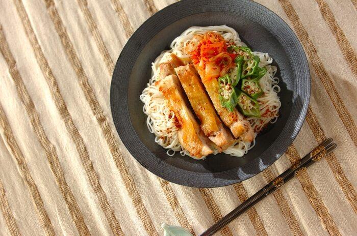 ボリューム満点でお箸がすすむ「鶏モモ肉とオクラの韓国風素麺」。キムチの辛味と、タレに入ったお酢の酸味が絶妙な組み合わせ。いつもの味に少しマンネリを感じたら、ぜひ試してみてくださいね。