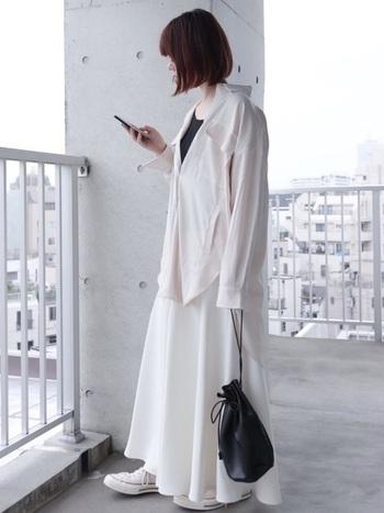 ガーリーになりがちな白のフレアスカートですが、メンズライクなシャツを合わせるとクールさがプラスされ大人っぽい着こなしに。黒でアクセントを付けるとシックでよりカッコよくなりますね。