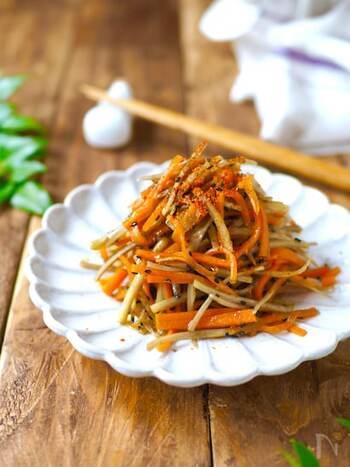 千切りにした人参とごぼうをレンジに入れて調理するだけの簡単きんぴら。ごまの風味が香り豊かで箸が止まらないおいしさです。