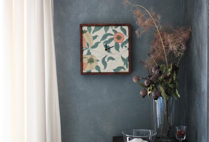 ボタニカル柄がおしゃれなアンティーク風の「壁掛け時計」。100均の紙箱のフタにお気に入りの色絵紙を貼って、古材風にペイントした木材で囲むことで、額縁絵画のようなアートな雰囲気に。