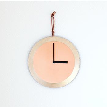 toneの「clock」は、味わい深い銅の輝きを堪能できるシンプルな掛け時計です。銅板の周りは、塗料ではなく薬品で腐食させて独特の色を出しています。