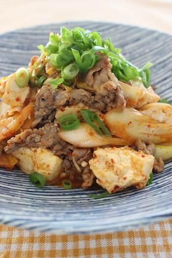 """たんぱく質が豊富に摂れるこちらのレシピ。豆腐は水切りをすることで、しっかりとした食感になり食べ応えもUPします。メイン料理やおつまみとして、さらにはご飯にのせて""""丼もの""""にするのもおすすめです。"""