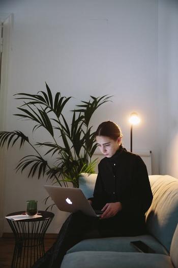 ソファに腰かけ、膝にはパソコン。 よく見られるポーズですが、先述のように肩や首、腰に大きな負担がかかるため、短時間のネットサーフィンならともかく、数時間に及ぶ仕事では×ですよ!