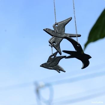 南部鉄で作られた「ツバメのオブジェ」。モービルように吊るして楽しむアイテムです。ツバメ同士が触れ合うと、チリンと涼しげな音が響きます。