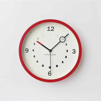 月の満ち欠けが印象的なKIKKERLANDの「Lunaris Clock」。月が隠れないように時計の針が丸くなっているのもポイント。スイープムーブメント仕様の秒針は静かで、赤色のフレームと短針がリンクしています。
