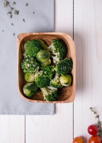 頼れる食材として、高タンパク低カロリーの鶏のむね肉やささみを軸に。そして、腸内環境を整える食物繊維、美肌効果が期待できるビタミン類なども押さえたいです。  各食材の栄養価を知ることも美しい体を作るための重要なポイントになります。