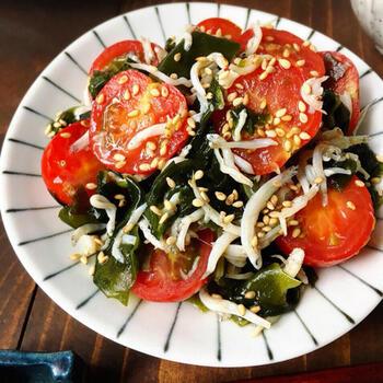 ダイエット中に不足しがちな栄養素を補う美肌レシピ♪  ミネラル豊富な「わかめ」とカルシウムが豊富な「シラス」、美肌効果が期待できる「プチトマト」と合わせた、「しらすとトマトの酢醤油和え」です。味付けは酢醤油なのでヘルシー。少し高カロリーなメインを作る際に合わせたい、オススメの副菜です。