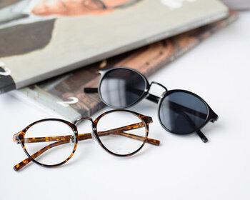 「atelier brugge(アトリエブルージュ)」のボストンタイプのサングラス。付け心地も軽やかで、爽やかな印象に。