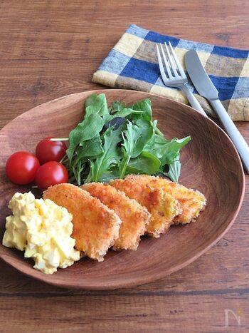 鮭のフライは子どもから大人まで幅広く喜ばれます。タルタルにバジルを加えることで、爽やかなソースに仕上がり、家族の箸がすすみそうですね。フライパンで揚げ焼きできるので、手軽に作れるのも嬉しいポイント。