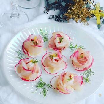 ディルが彩りに一役かって、とても美しい一皿に仕上がりますね。鯛以外でも白身の魚なら応用できそう。おめでたい日や記念日にいかがですか?ホームパーティの前菜にもおすすめ。