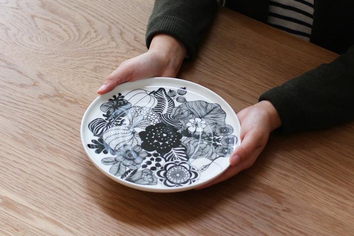 同じくマリメッコの、2017年12月のフィンランドの独立100周年記念の際に、アニバーサリーモデルとして登場したプレート21cm。美しい花々や果実の繊細な線画が素敵なプレートは、料理を盛りつけるのがもったいなくなるほど素敵なデザインです。