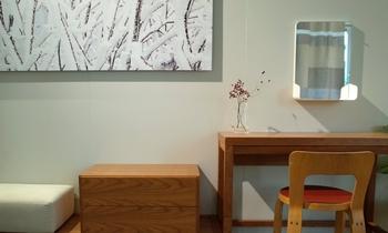 デスクやテーブルとしても使いたい場合は、鏡を机の上に置くのではなく、壁に取り付けるという手も。机の上のスペースをしっかり確保できるので、コンパクトなお部屋にもおすすめです。
