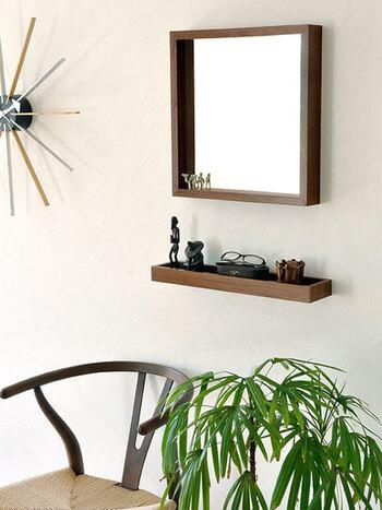 壁掛けの鏡とトレーがセットになったアイテム。床に家具を置くスペースがなくても、これならちょっとした場所に取り付けられそうですね。収納棚の近くに取り付けたり、ベッドの隣やテーブルのそばなど、好きな場所をメイクスペースにすることができます。