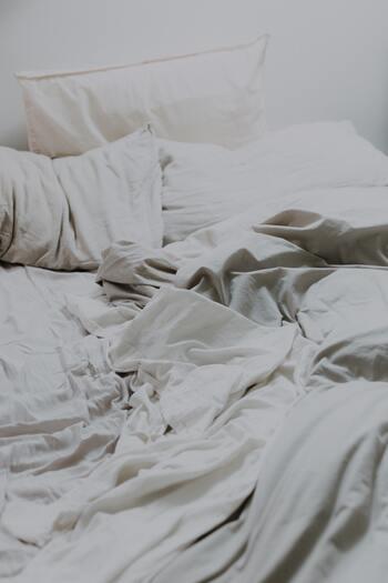 普通に生活していても外からの花粉やチリ・ホコリなどを持ち込み、シーツや枕カバーに付着します。肌が敏感になっている時、これらは大敵です。こまめに枕カバーやシーツを交換して、清潔な状態を保ちましょう。
