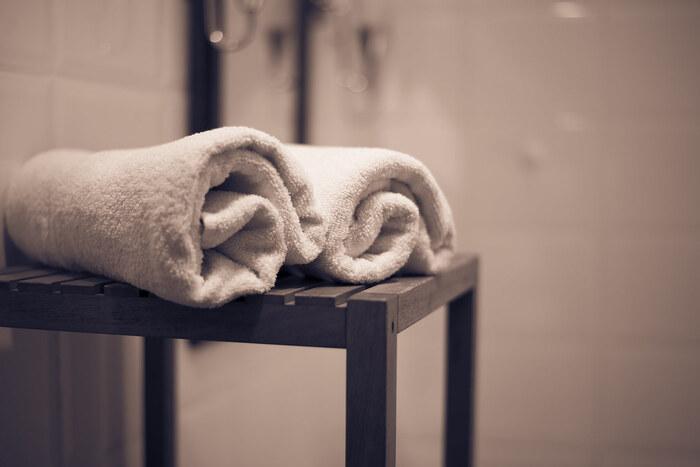 蒸しタオルを顔にあてると毛穴を開きが良くなり、肌に水分をチャージしやすくなります。柔らかくなって化粧水の浸透率がアップする効果も。濡らしたタオルをレンジでチンして、心地良いと感じる温度で1〜3分程度顔にあたててみて。