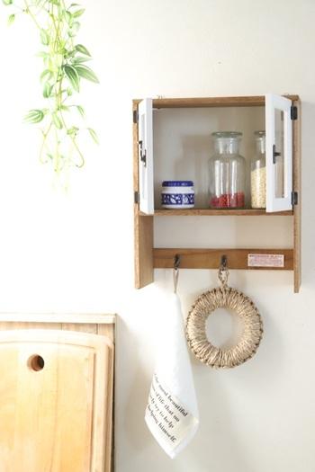 セリアの木板とフレームを組み合わせた壁掛けシェルフは、扉をフレームで作るというアイデアが見事!棚には調味料を収納したり、下のフックには布巾や鍋敷きを引っ掛けたり…ちょっとした収納にぴったり◎
