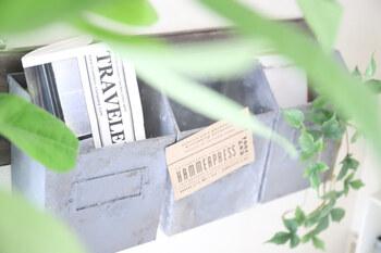 セリアのメールボックスを上手く利用した収納ボックス。素材はプラスチックですが、ペイントを施して金属風に仕上げています。