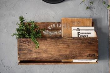 ダイソーのカッティングボードと板材で作るブックシェルフは、表紙がおしゃれな雑誌を飾って収納するのにぴったり。