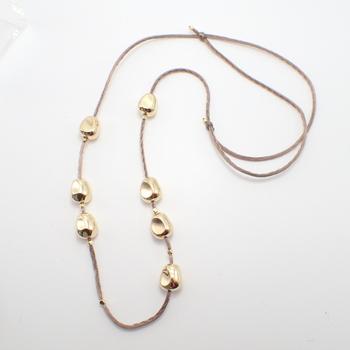 メタル風のビーズと紐を繋げるだけで完成するアクセサリーです。簡単なのにおしゃれで、コーディネートを華やかにできます!
