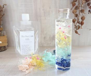 専用の液に花材を好きなように配置するだけの簡単ハーバリウムキットです。写真付きの説明書が付いているのも嬉しいポイントですね。