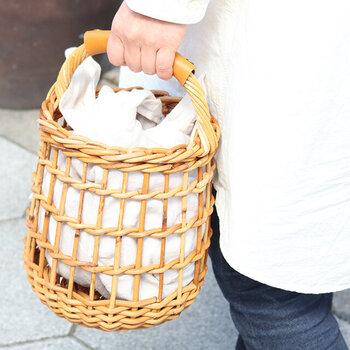 編みが大きなかごバッグは、あずま袋の存在感もUP。ナチュラルなファッションがお好きな方は、麻混の様な夏らしい素材感を楽しむのも良さそうですね。無地のタイプを何色か用意して、コーディネートを楽しむのもおすすめです。