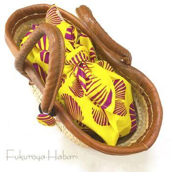 日本伝統のあずま袋も、アフリカ布だと印象もガラリと変わってまた素敵ですね。無地のワンピースも、これ一つでワンランク上のコーディネートを目指せそう♪