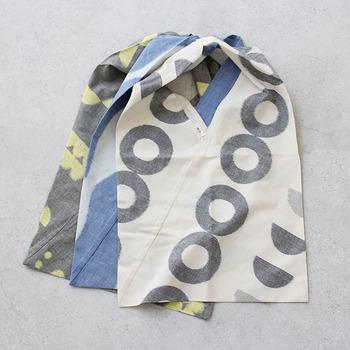 あずま袋とは、手ぬぐいの様な長方形の布を簡単に縫い合わせて作る風呂敷感覚で使える袋のことで、みゆき袋と呼ばれることもあります。