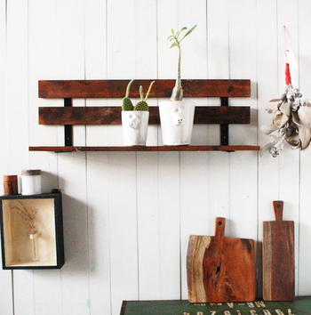ベンチのようなデザインの壁面ラックは、全てセリアのアイテムを使って作っているそう。小さめの観葉植物や小物をおしゃれにディスプレイできますよ。