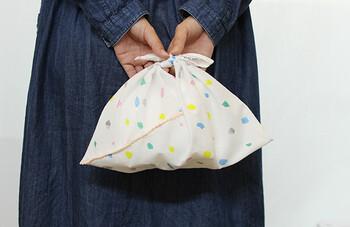 布のサイズが1:3であれば、大きさも自由自在。小さめに作るとお弁当入れに、大きめに作るとエコバッグや旅行の時の荷物の仕分け袋などとして活躍してくれます。今回は、お手持ちのかごバッグのサイズに合わせて作ってみてくださいね。