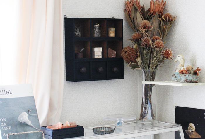 木製パーテーションボックスを3つ組み合わせて作るディスプレイラック。黒いペイントを施せば、シックな高級感のある雰囲気に。お気に入りの小物をディスプレイすると、センスを感じるお部屋になりそうですね。