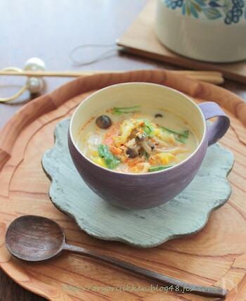 味噌汁にも洋風のスープにも、春キャベツはよく合います。こちらのレシピは、赤・青・白の野菜がぎっしり入った食べるスープです。豆乳にめんつゆを合わせたオリジナの味付けに注目。
