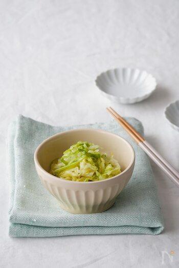春キャベツを軽く茹でて、酢や砂糖を合わせた調味料で和えるだけ。簡単で、和洋中どんな料理にも合わせやすい絶好の付け合わせです。
