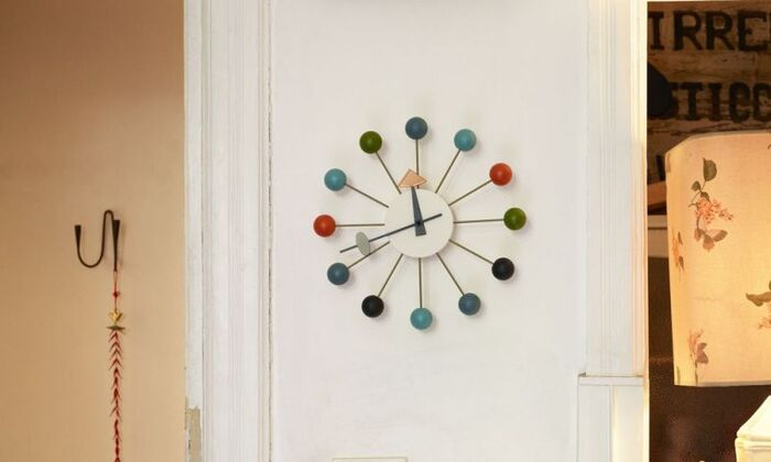 放射線状に広がる針の先端にカラフルなボールがアクセントになった「Ball Clock」。アメリカのミッドセンチュリーを代表する時計のひとつ。アートなデザインがお部屋をセンスアップしてくれます。カラーバリエーションも豊富です。