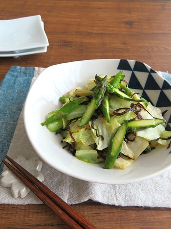 春から初夏にかけてはアスパラガスも旬を迎えます。春キャベツと一緒にサッと炒めて、塩昆布の旨味をからめて召し上がれ。