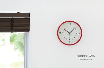 シンプルな文字盤が見やすく、カラーフレームがお部屋のワンポイントに。時間と月の満ち欠けをいつでも確認できる、遊び心を感じられる掛け時計です。