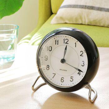 """70年以上の時を経て復刻した「ROMAN TABLE CLOCK」。当時のデザインを大切にしつつ、LEDライトなどを取り入れた現代にもフィットした時計に進化しています。""""STATION""""は、アラビアン文字と洗練されたシンプルな佇まいが魅力的。"""
