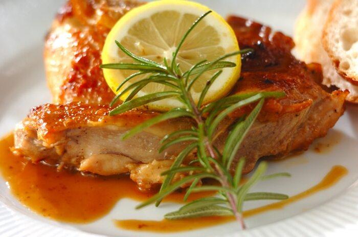 鶏肉の下味をつけるときに、ローズマリーを加えて風味付けするレシピ。香りをしっかり付けたければ、長くおくのがオススメ。ローズマリーの香りとニンニが食欲をそそる食べ応えのある一皿で、ワインにもご飯にも合いそうですね。