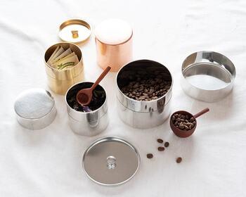 シンプルで、ミニマム。余計な装飾は全くなく、ただ「すっ」と吸い込まれるように蓋の閉まる感触が心地いい…それがSyuRoの丸缶(茶筒)です。金属の質感をいかした銅・真鍮・ブリキの3色。手で触れ、使い続けるうちに味が出てアンティークとなっていきます。