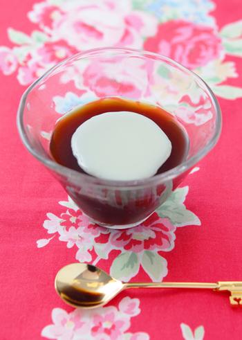 コーヒーゼリーは、インスタントコーヒーで簡単にできる代表的なスイーツですね。こちらは、コーヒーリキュールも使って、本格的な味わいに仕上げています。これからの季節におすすめ。