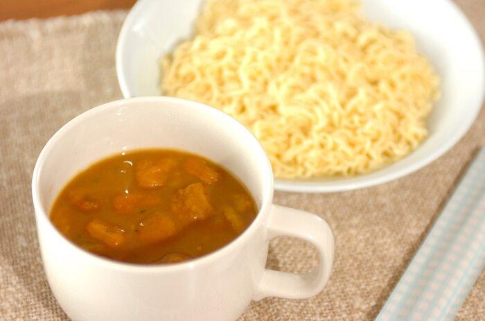 カップ麺の麺だけにお湯をかけて好きなかたさにします。そして、市販のかぼちゃのポタージュスープにインスタントコーヒーを加えてお湯を注ぎ、ラーメンをつけ麺のようにしていただきます。冷蔵庫に食材がないときにうれしいアイデアですね。